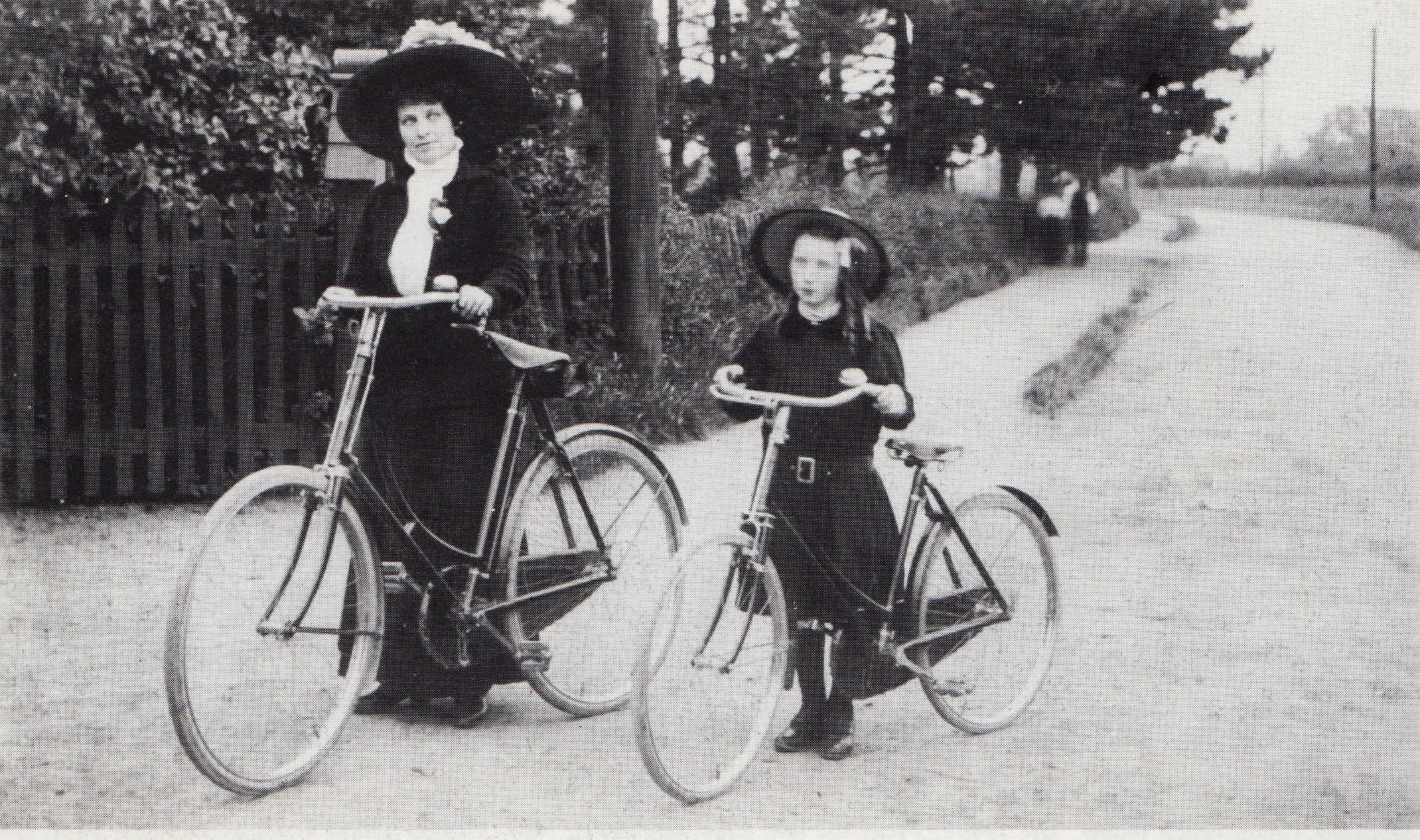 fpoh68_2ladycyclists_1911_0001.jpg