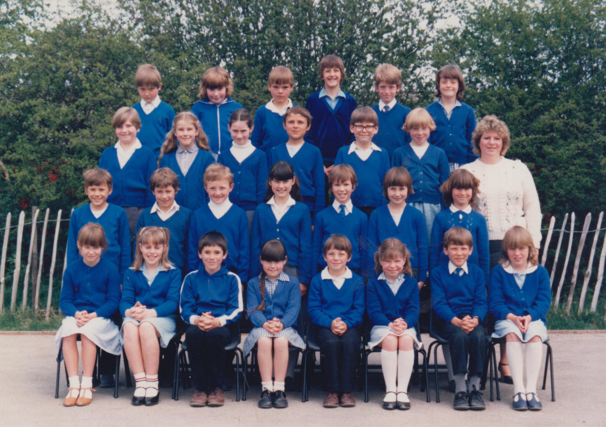 school_group_mrs_momk_in_white_001.jpg