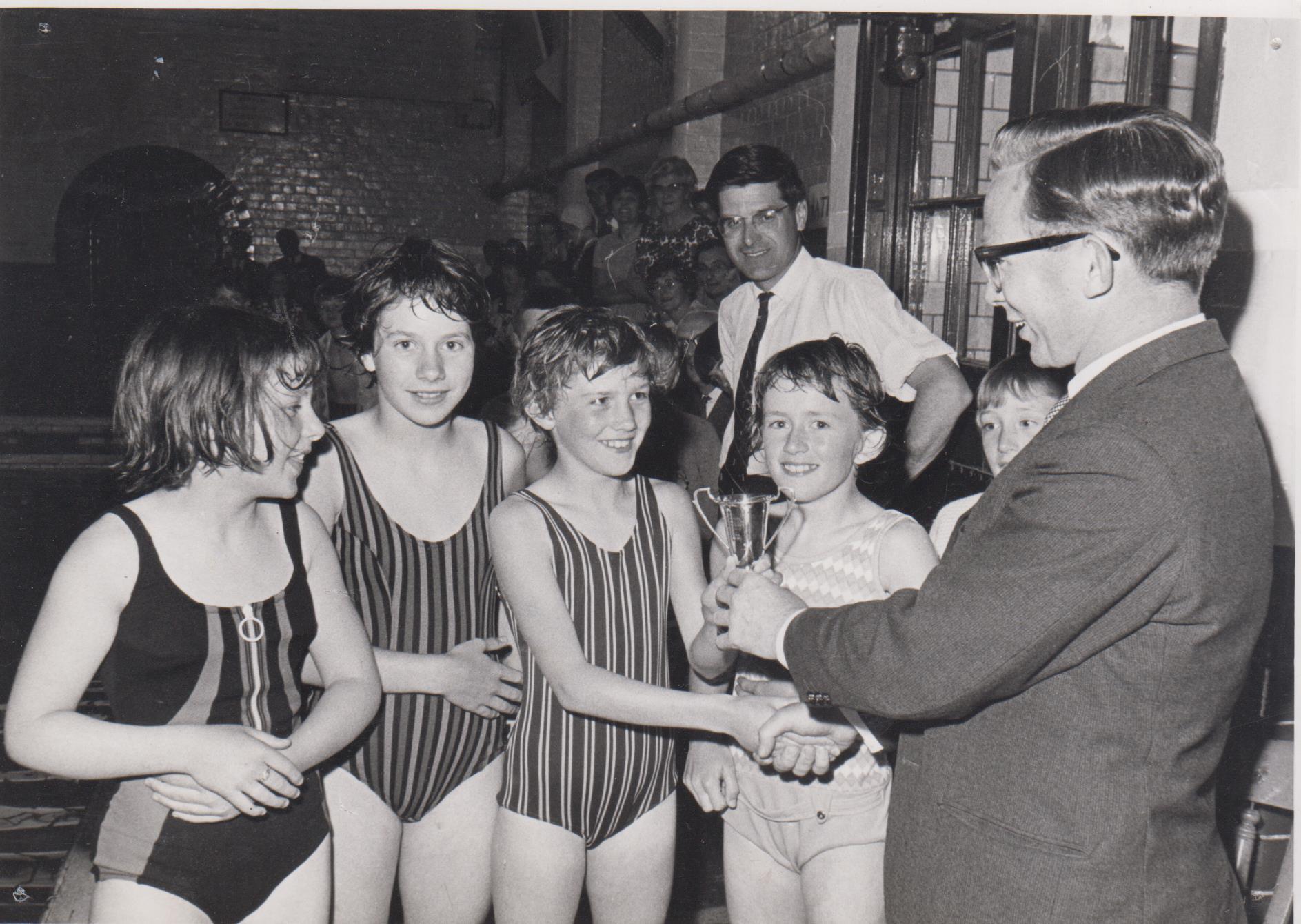 girls_swimming_champions_002.jpg