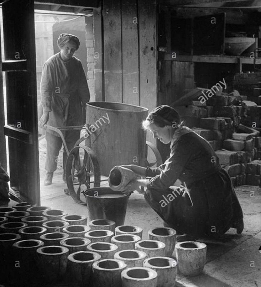 women-terracotta-pots-1918.jpg